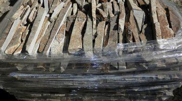 Laisvų gamtinių formų skaldytas akmuo gneisas IB